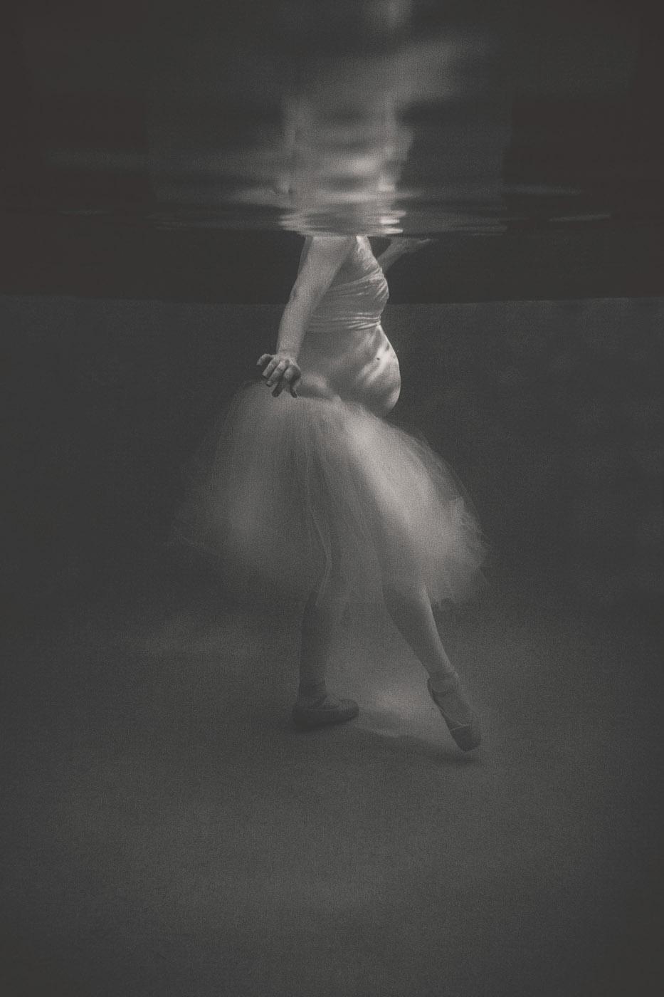 underwater maternity photographer